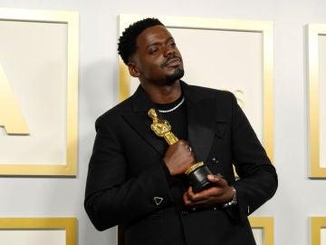Daniel Kaluuya con su Oscar