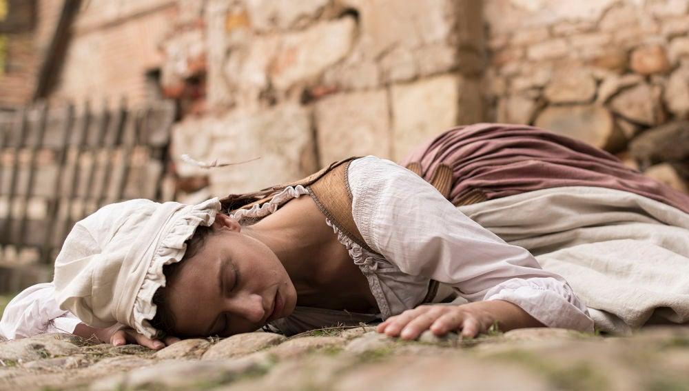 El jueves en 'La cocinera de Castamar': Clara se desploma tras un ataque de celos y presencia un grave accidente