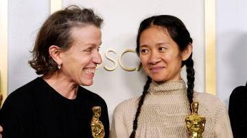Frances McDormand y Chloé Zhao en los Premios Oscar