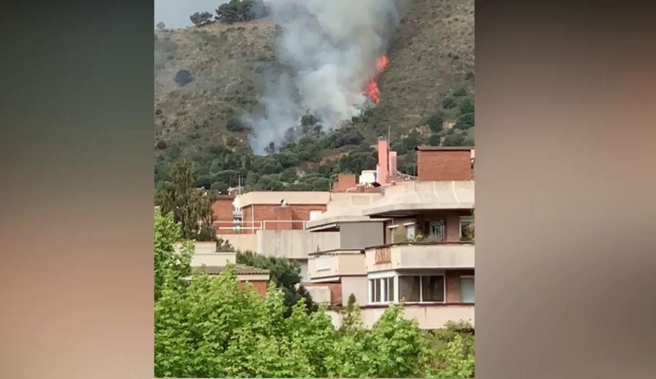 Se declara un incendio forestal en Collserola visible desde Barcelona