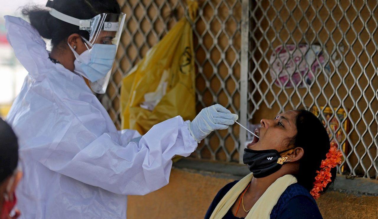 Una mujer se somete a un test en Bangalore para detectar el coronavirus