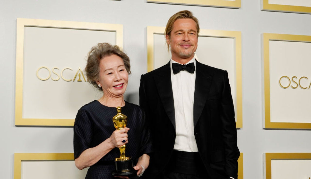 Youn Yuh-jung a Brad Pitt en los Oscar