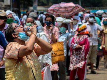 Colas para recibir la vacuna contra el coronavirus en India