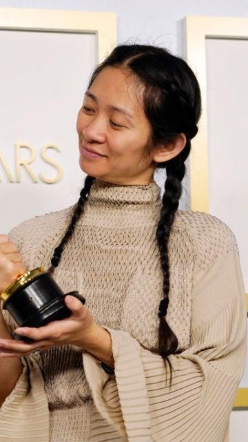 Chloé Zhao con su Oscar a la Mejor Dirección