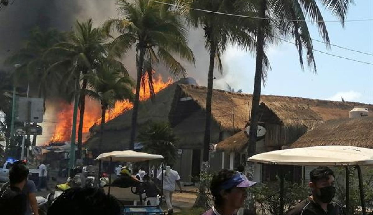 Vista del incendio en Isla Mujeres