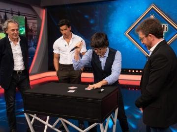 ¡Una magia de riesgo extremo! Mario Casas y José Coronado alucinan con el gran truco de Luis Piedrahita