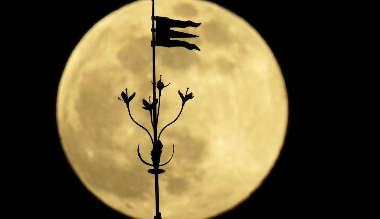 """La luna llena """"superluna"""" sobre las torres de la catedral de Santiago de Compostela"""