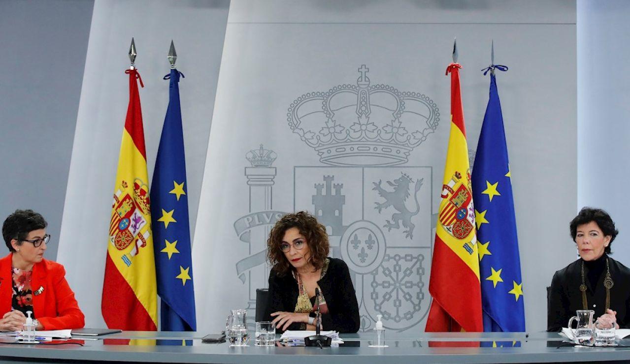 Las ministra de Asuntos Exteriores, Arancha González Laya; Portavoz, María Jesús Montero y Educación y Formación Profesional, Isabel Celaá (i a d)