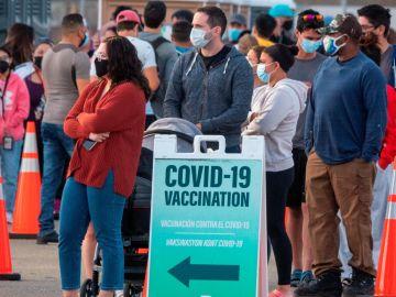 Colas en un centro de vacunación en Miami
