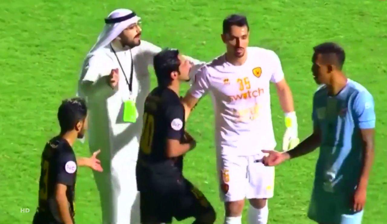 Un jeque baja al campo en pleno partido y retira a su equipo tras un penalti en contra