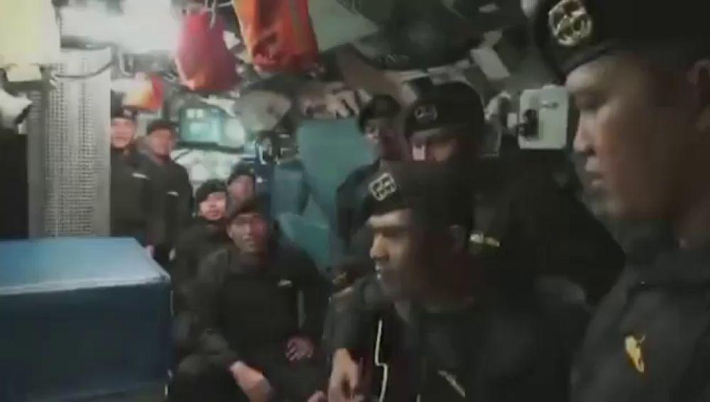 Cantando, así ha sido la despedida de los marineros del submarino hundido en Indonesia