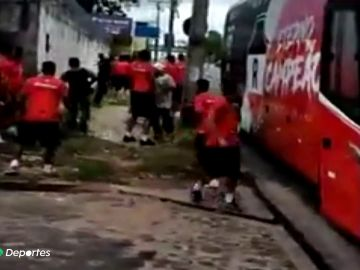 Futbolistas y ultras del River Atlético brasileño se enfrentan a pedradas