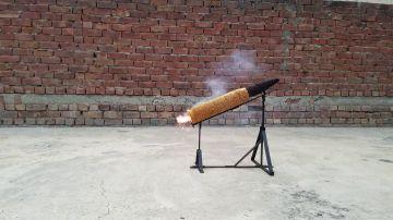 Encienden una bala gigante hecha con un millón de cerillas