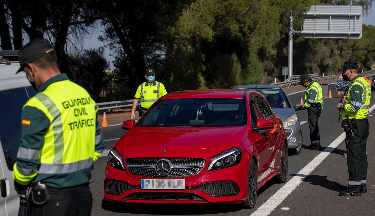 Fecha: 23/04/2021 06:37 (UTC) Crédito: EFE Fuente: EFE/EFE Autor: Julio Muñoz Temática: Sanidad y salud » Enfermedades » Enfermedades contagiosas Agentes de la Guardia Civil de Tráfico montan un control en la autopista AP-4 Sevilla-Cádiz a la altura de la localidad sevillana de Los Palacios