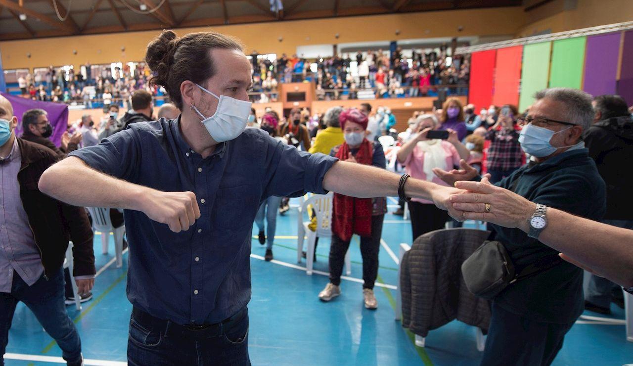 l candidato de Unidas Podemos a la Presidencia de la Comunidad, Pablo Iglesias, saluda al público a su llegada a un acto del partido en el Polideportivo municipal Cerro Buenavista de Getafe