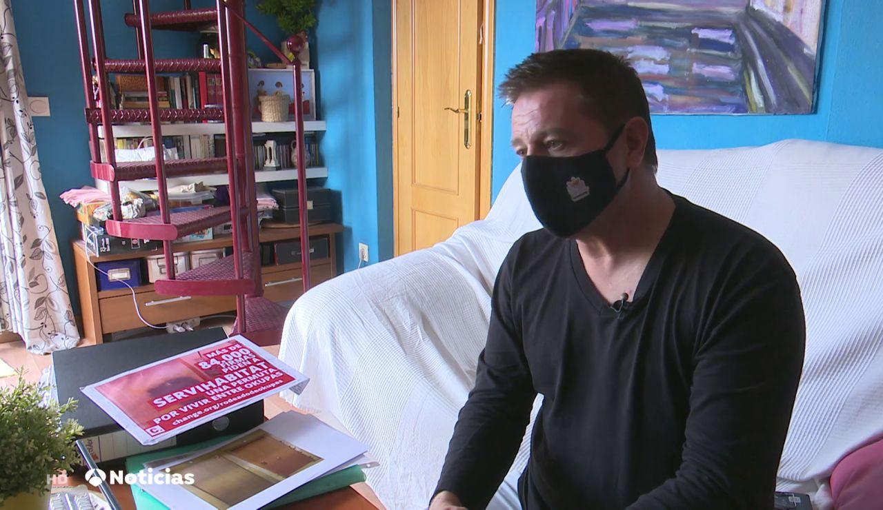 """El difícil día a día de Pedro, el único propietario de un edificio okupado en Madrid: """"Duermo gracias a 3 pastillas"""""""