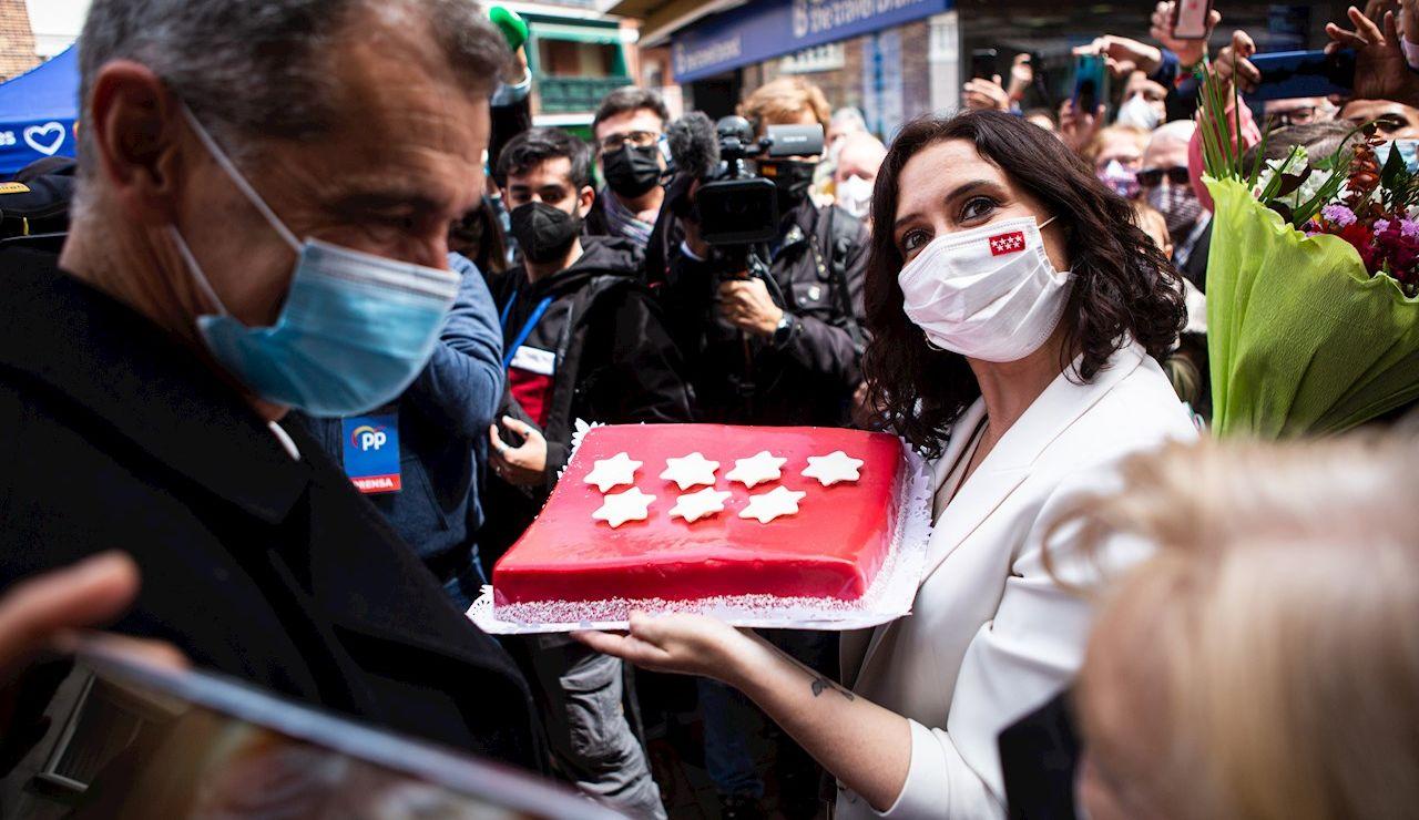 La presidenta de la Comunidad de Madrid y candidata del Partido Popular a la reelección pasea por Alcobendas junto a Toni Cantó