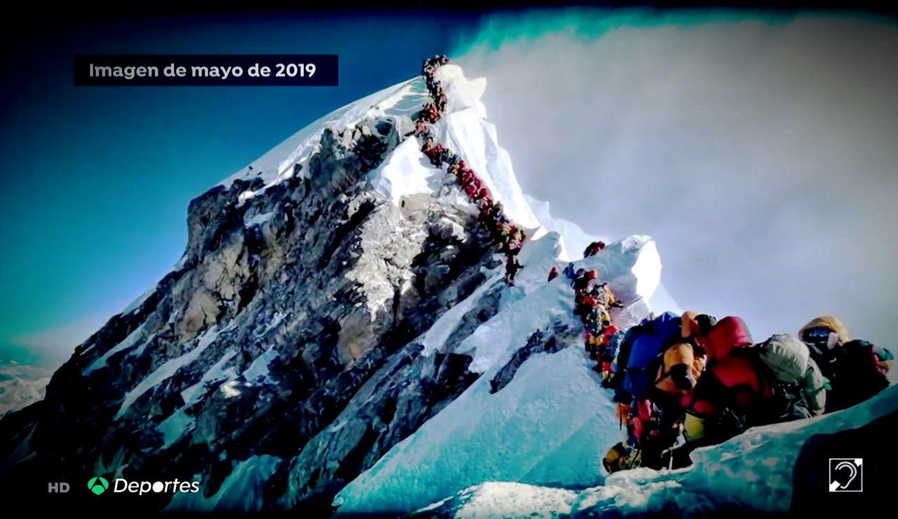 Alarma en el Everest al batir su récord histórico de ascensiones y convertirse en un foco de contagio de coronavirus