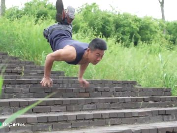 La peculiar forma de bajar las escaleras de Liu Jingji