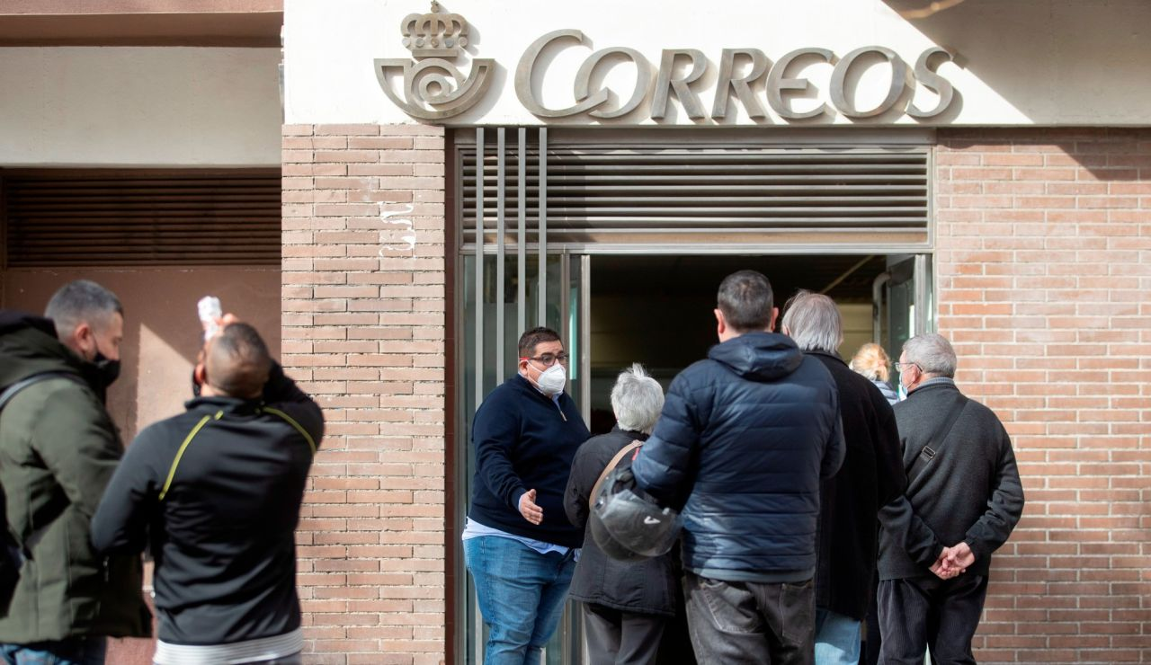 Colas en una oficina de Correos para las elecciones en Madrid