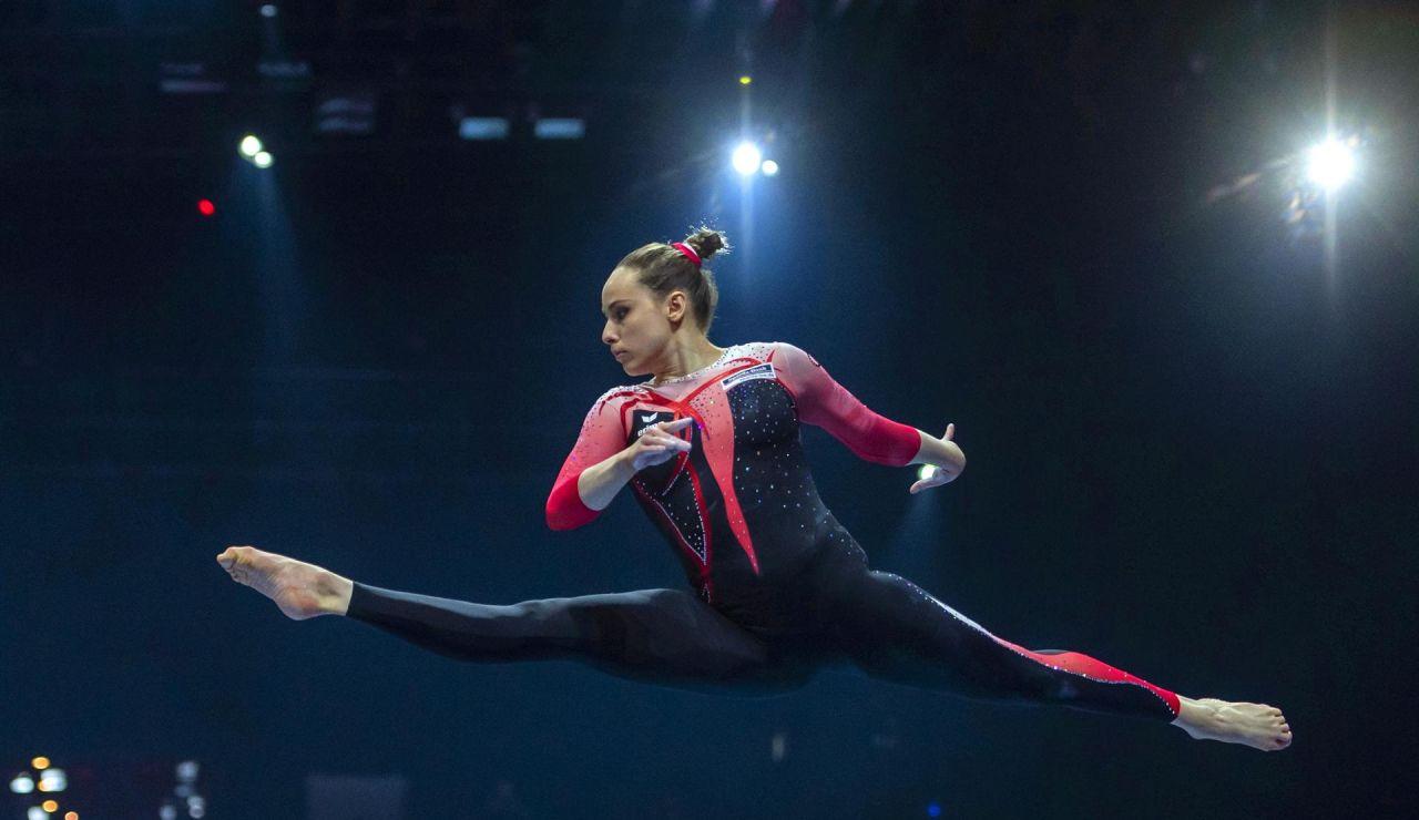Sarah Voss y dos gimnastas más portan un traje de cuerpo entero en contra de la cosificación de la mujer