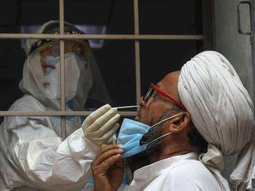 Un hombre se somete a una PCR en Nueva Delhi