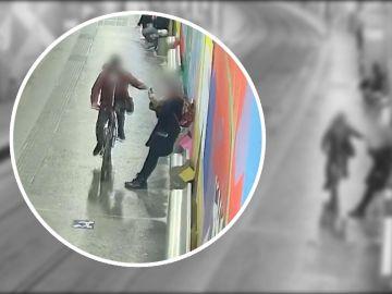 Así robaban móviles dos ladrones en bicicleta en Barcelona