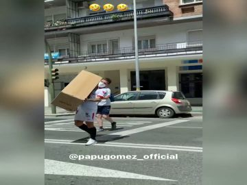 El vacile de Ocampos al Papu Gómez tras entrar a Seur a recoger un paquete con la equipación del Sevilla