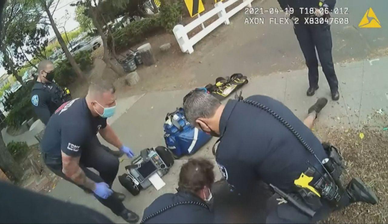 Momento en el que los agentes detienen al joven hispano