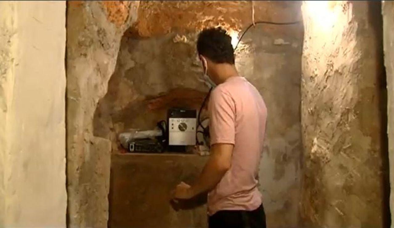Andrés en la cueva que ha construido