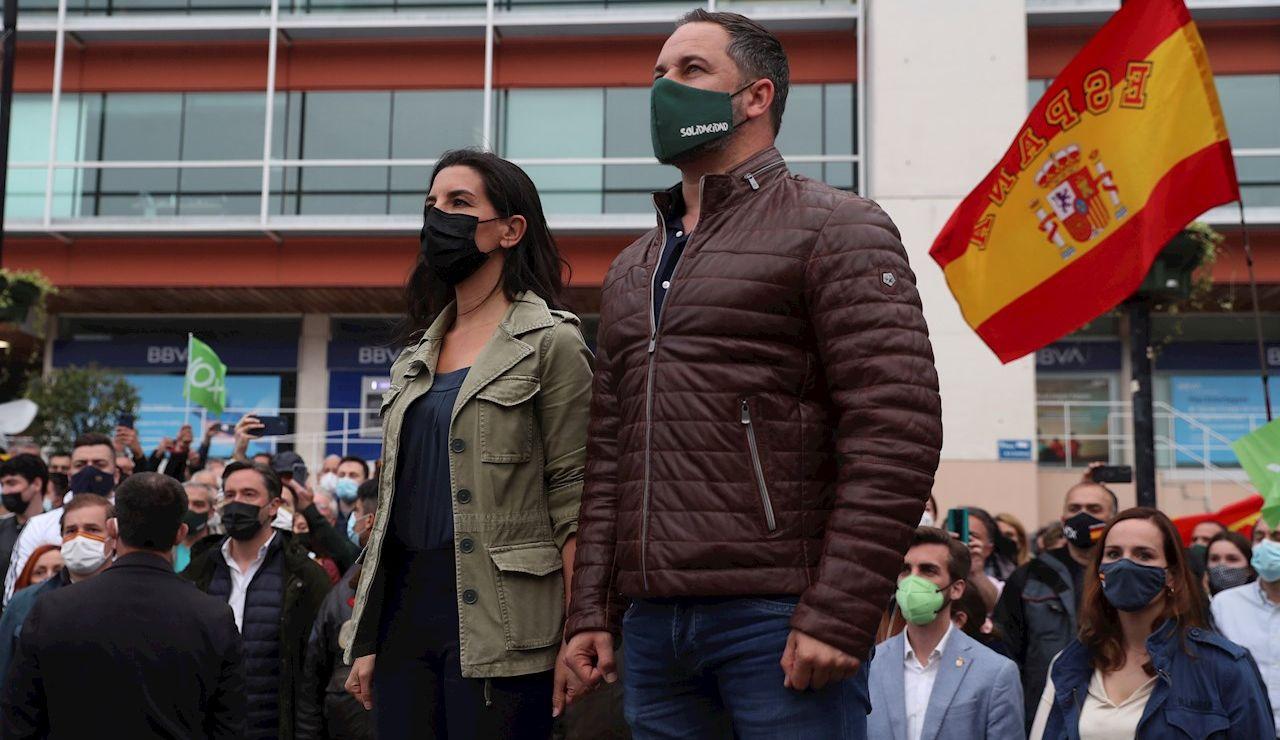 La candidata de Vox a la presidencia de la Comunidad de Madrid, Rocío Monasterio (i), y el presidente del partido, Santiago Abascal
