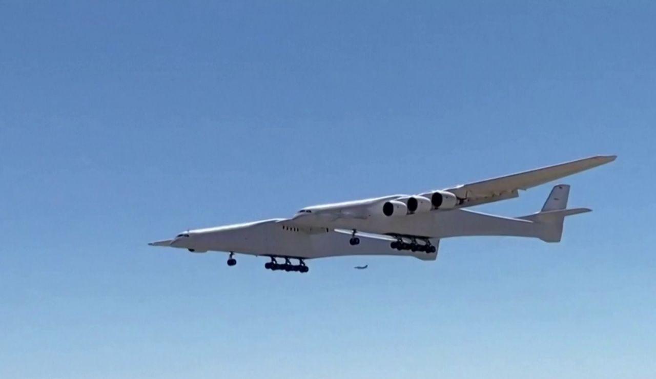 'Roc', el avión más grande del mundo, ya surca los cielos en California