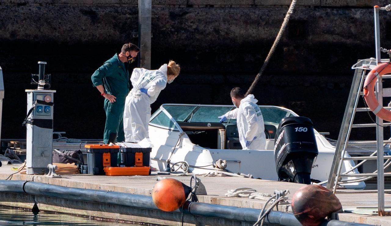 La Policía Científica analiza una embarcación en la base de la Guardia Civil de la dársena pesquera de Santa Cruz de Tenerife, propiedad al parecer del hombre desaparecido con sus dos hijas