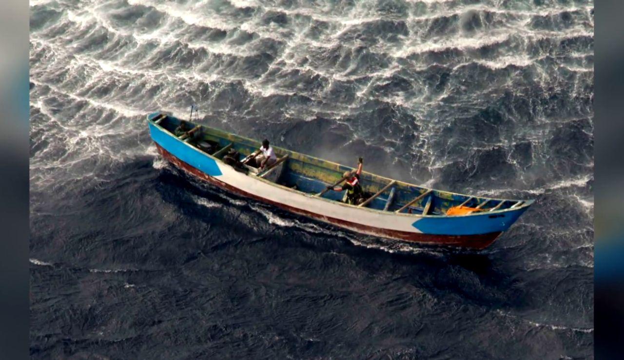 Cayuco a la deriva cerca de la isla de El Hierro
