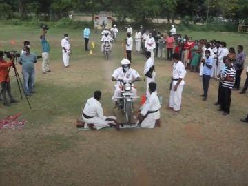 Renshi Pradeep Babu, profesor de kárate indio, logra un récord después de que 1.222 motos pasaran sobre su pecho