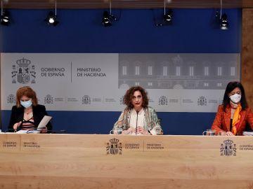 La ministra de Hacienda, María Jesús Montero (c), presenta las proyecciones de déficit incluidas en el Programa de Estabilidad, este viernes en la sede del Ministerio