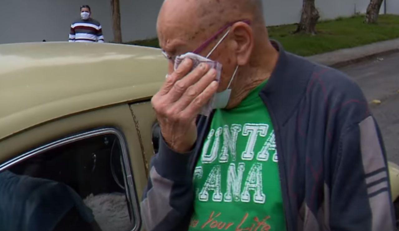 Un profesor brasileño vende su coche por problemas económicos y sus alumnos lo compran y se lo devuelven
