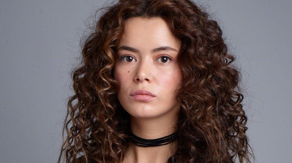 Seray Kaya es Şirin Sarikadi en 'Mujer'