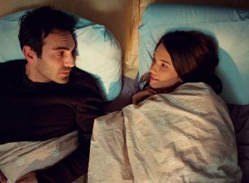 Demir y Candan, nerviosos en la misma cama, comparten su primera noche en la intimidad