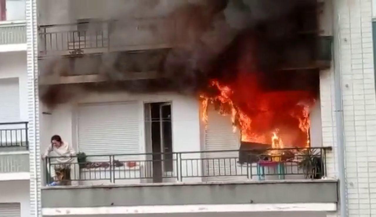 Los Bomberos rescatan a una mujer en el incendio de su casa en Castro Urdiales