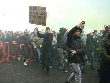 Unos 200 aficionados entran en Old Trafford para protestar contra la directiva y se retrasa el United-Liverpool