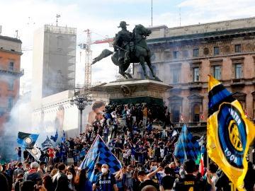 Los aficionados del Inter celebran el título de la Serie A