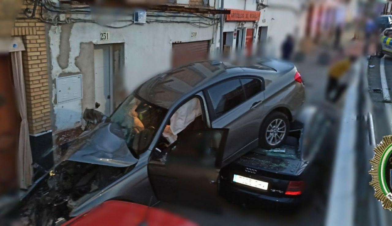 Espectacular accidente de un coche en El Viso (Andalucía) tras caer por un desnivel y quedar encima de otros turismos aparcados