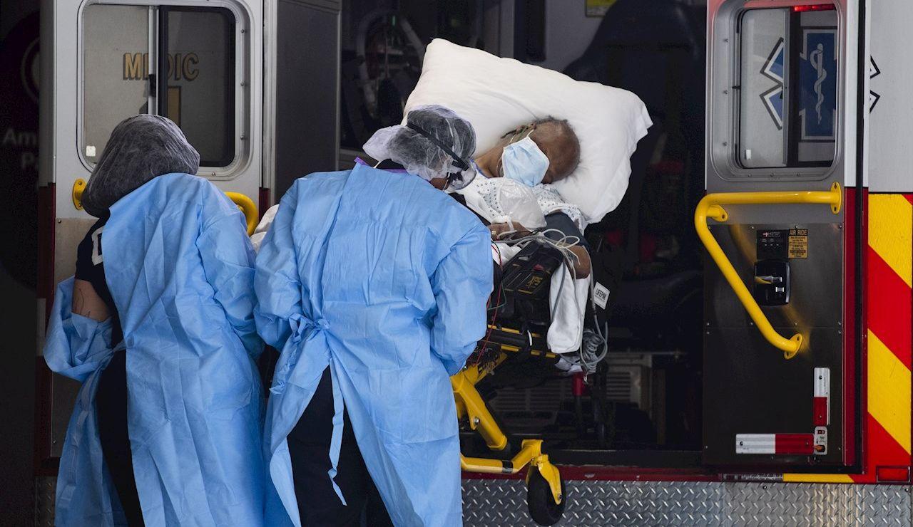 Un paciente de coronavirus es trasladado en ambulancia en EEUU