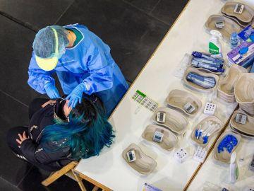 Una mujer se somete a un test de antígenos contra el coronavirus