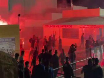 Multitudinaria pelea en un partido de fútbol en Sevilla: sillas, vallas de obra, puñetazos, patadas...