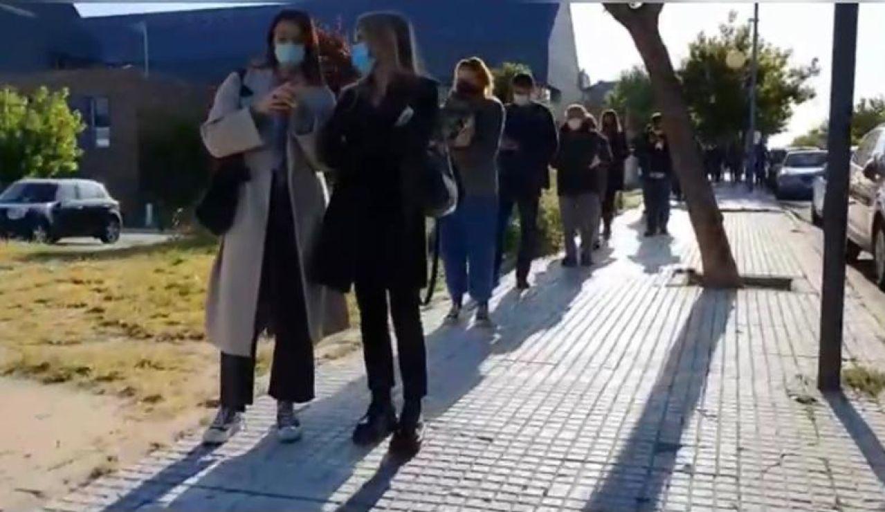 Gente guardando la cola para votar en las elecciones en Madrid