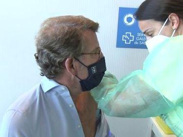"""Feijóo recibe la primera dosis de AstraZeneca: """"Hay que acudir cuando toque y con la vacuna que toque"""""""