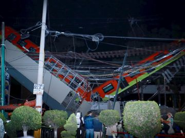 Vista general del colapso de unos vagones del metro esta noche, en la Ciudad de México (México)