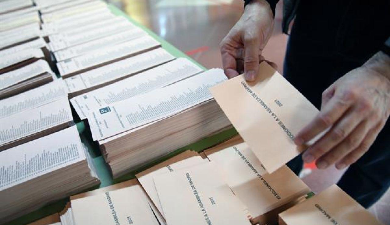 Un miembro de una mesa electoral coloca las papeletas